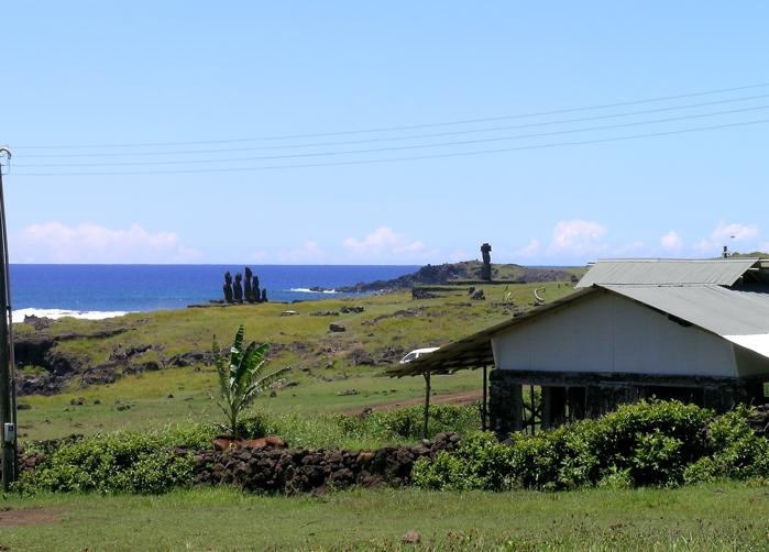 au loin le site de Tahai et  l'océan