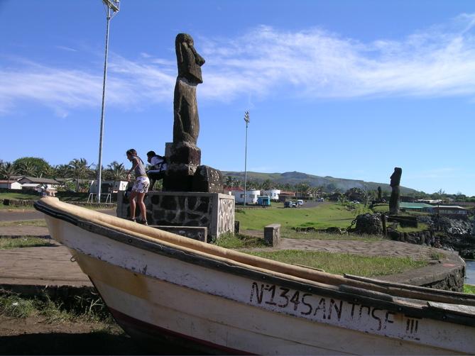 moai regardant l'océan ...