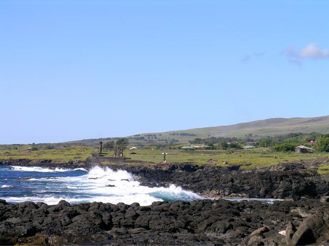 bord de côte près du village, au loin, le site de Tahai
