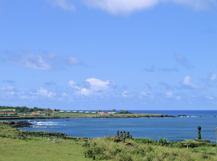 vue sur la baie de Hanga Roa et le site de Tahai