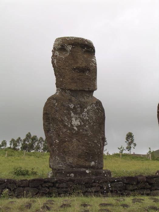 un moai parmi les 7