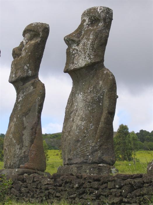 deux autres moai de l'ahu Akivi