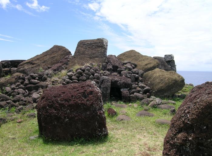 cinq moai renversés