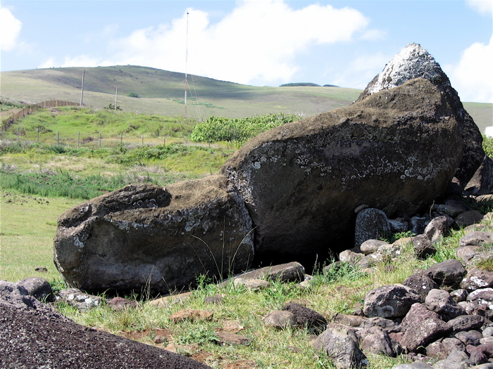 un autre moai renversé