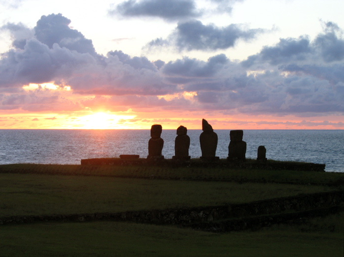 coucher de soleil derrière l'ahu Vai Uri
