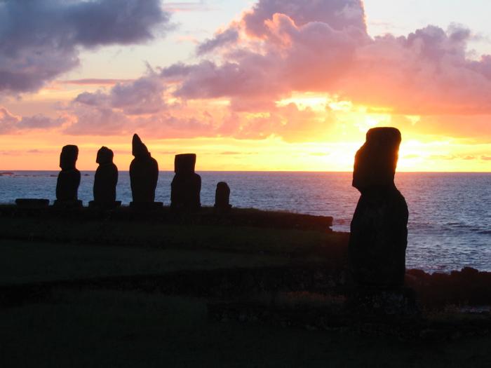 mai de l'ahu Tahai et, à l'arrière plan, les moai de l'ahu Vai Uri