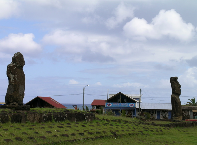 les moai  tournent le dos au petit port