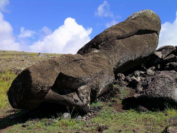 moai sur le site de l'ahu Akahanga