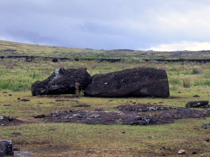 moai, laissé en cours de transport, les yeux ne sont pas sculptés