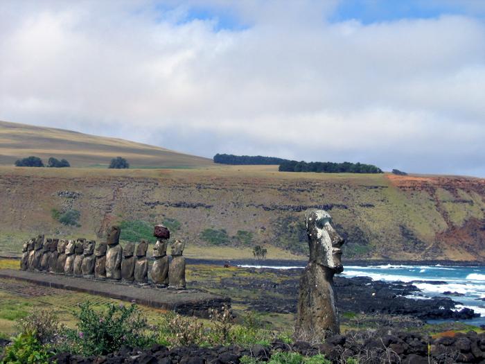 au premier plan, le moai surnommé : voyageur