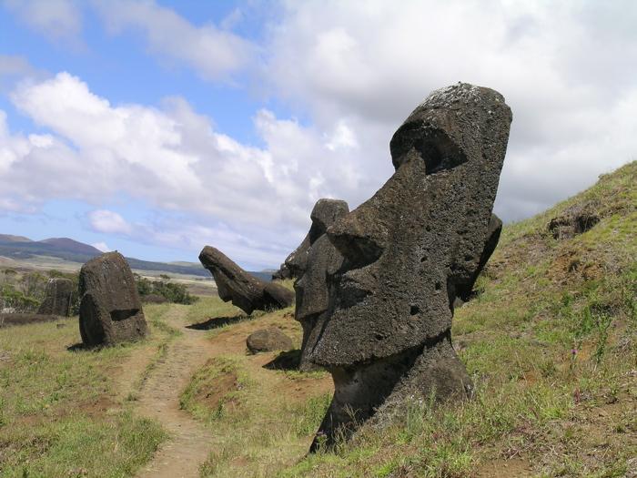 le long du chemin, toujours des moai