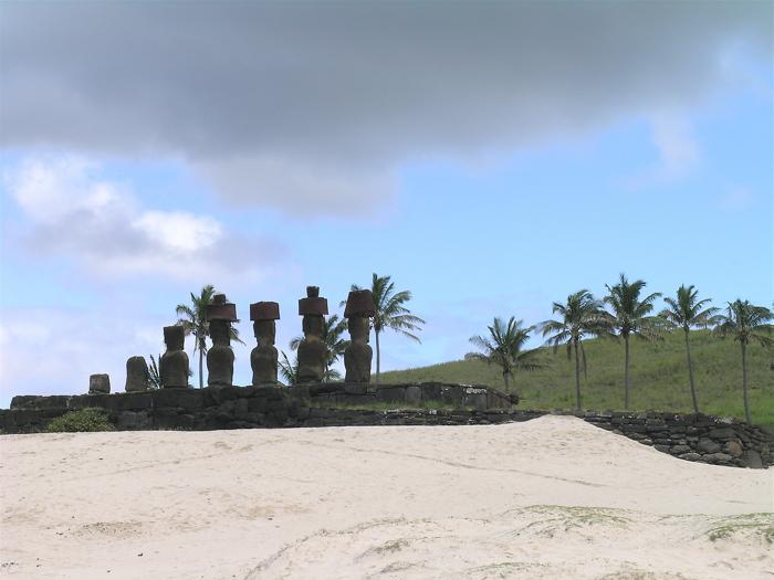 Ahu Nau Nau, les moai tournent le dos à l'océan