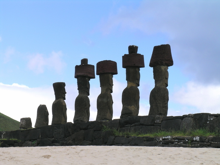 plage d'Anakena : moai de l'ahu Nau Nau