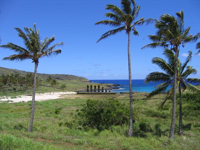 Rapa Nui : plage d'Anakena, ahu Nau Nau