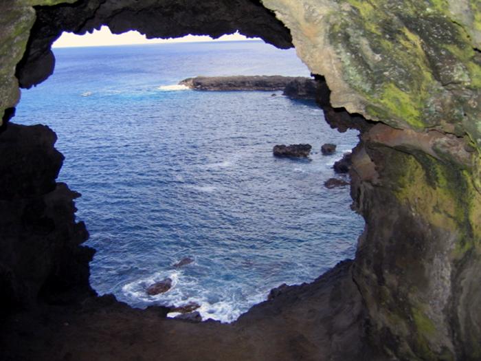 grotte aux deux fenêtres, vue sur les petits îlots Tautara