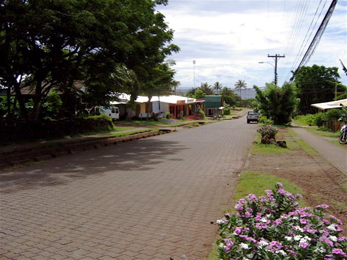 grande rue pavée à Hanga Roa