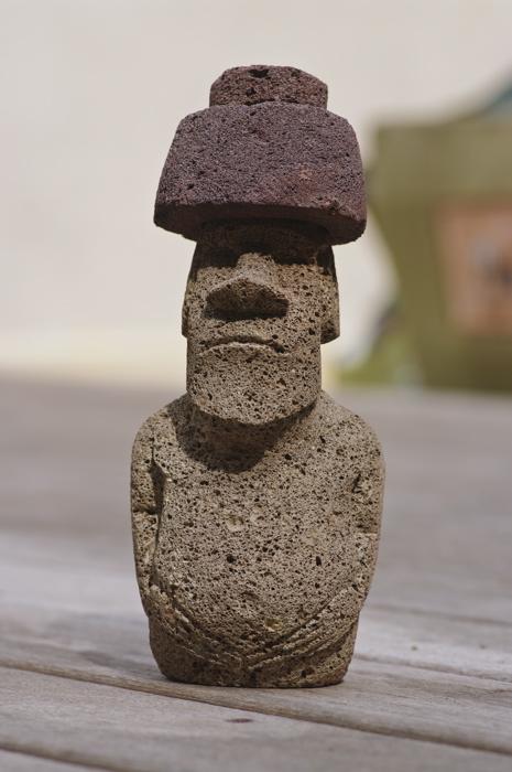 moai en pierre volcanique avec pukao